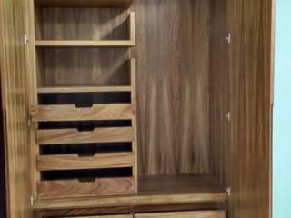 Closet de parota:  de estilo  por PUNTO A PUNTO ARQUITECTURA