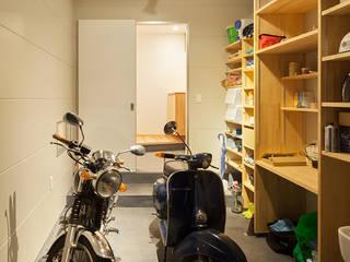Modern garage/shed by 田村の小さな設計事務所 Modern Slate