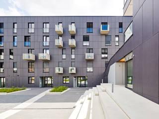 DIM - Sozialer Wohnbau – 56 WE: moderne Häuser von AllesWirdGut Architektur ZT GmbH