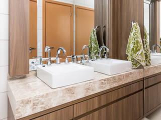 Banheiro Casal: Banheiros  por Caroline Ritzmann Stratmann Arquitetura e Interiores