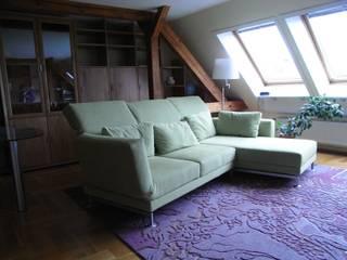 Wohnen unter der Dachschräge:  Wohnzimmer von more vision Innenarchitektur