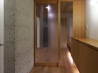 Eclectic style corridor, hallway & stairs by かんばら設計室 Eclectic