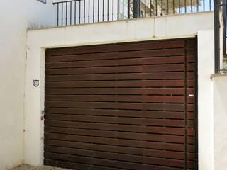 Portón de Cochera : Ventanas de estilo  de Conely