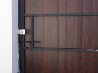 Portón de Cochera en madera : Ventanas de estilo  de Conely