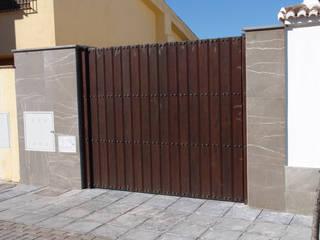Portón de madera con detalles : Ventanas de estilo  de Conely