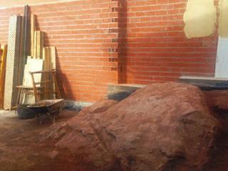 Piedra arenisca que aflora a la superficie del solar:  de estilo  de Un Cuarto Propio