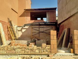 Ejecución de muro de cerramiento de piedra:  de estilo  de Un Cuarto Propio