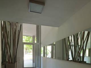 Corredores e halls de entrada  por Arcadia Arquitectura,