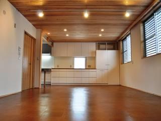 Salas de estilo ecléctico de 氏原求建築設計工房 Ecléctico