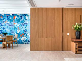 Couloir et hall d'entrée de style  par Gisele Taranto Arquitetura,