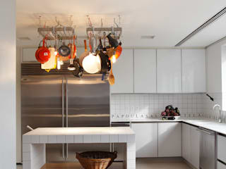 Kitchen by Gisele Taranto Arquitetura,