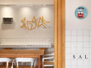 Salle à manger de style  par Gisele Taranto Arquitetura,