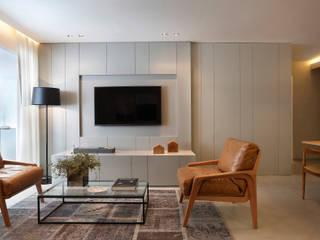 Apartamento decorado Calper: Salas de estar  por Gisele Taranto Arquitetura,Moderno