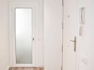 Grupo Inventia Pasillos, vestíbulos y escaleras de estilo mediterráneo Compuestos de madera y plástico Blanco