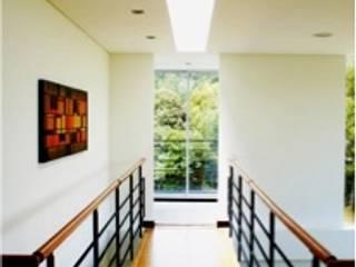 Modern Corridor, Hallway and Staircase by AV arquitectos Modern