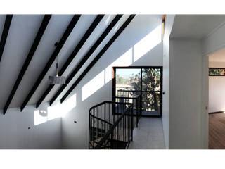 Herman Araya Arquitecto y constructor Balkon, Beranda & Teras Modern