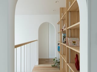 ALTS DESIGN OFFICE Pasillos, vestíbulos y escaleras de estilo escandinavo Plata/Oro Acabado en madera