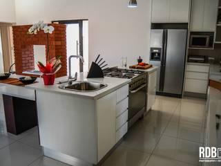 Mr & Mrs Du Plessis Project - The Hills Estate, Pretoria Modern kitchen by Ergo Designer Kitchens Modern