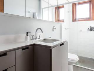 ap. SM: Banheiros  por Ateliê 7 arquitetura e design integrados,
