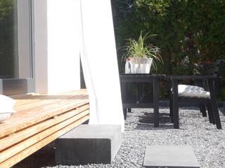 Holzbank und Treppenaustritt auf die Terrasse Moderner Balkon, Veranda & Terrasse von Studio Meuleneers Modern Holz Holznachbildung