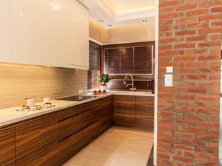 Aranżacja nowoczesnej kuchni z salonem z mocnym akcentem - Tissu. Nowoczesna kuchnia od TISSU Architecture Nowoczesny