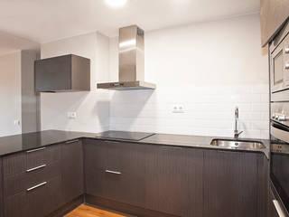 Grupo Inventia Cocinas de estilo minimalista Compuestos de madera y plástico Gris