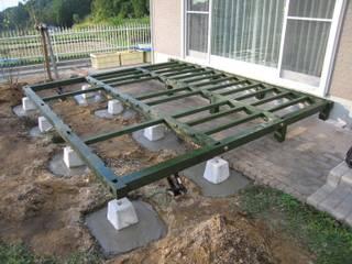 ウッドデッキにテーブルとチェアーを作る: 阿部建設が手掛けた折衷的なです。,オリジナル