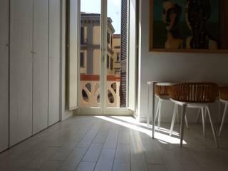CASA NEL CENTRO STORICO DI NAPOLI: Soggiorno in stile  di Architetto Dario Vista