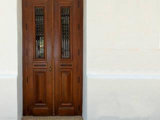 Puerta de madera : Ventanas de estilo  de Conely