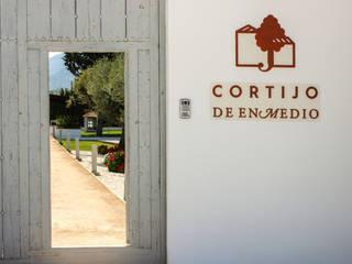 Portón de entrada: Ventanas de estilo  de Conely