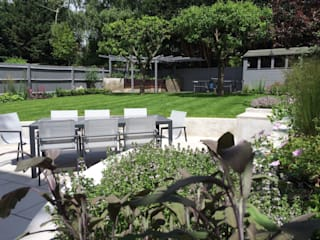 BBQ Area and Raised Herb Border: modern Garden by Borrowed Space