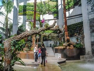 Jardín Vertical en Orquidario de Estepona: Jardines de estilo  de Terapia Urbana, Diseño de jardines verticales