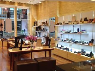 PROYECTO MOBILIARIO COMERCIAL HUSH PUPPIES FONTANAR: Oficinas y Tiendas de estilo  por La Carpinteria - Mobiliario Comercial, Minimalista