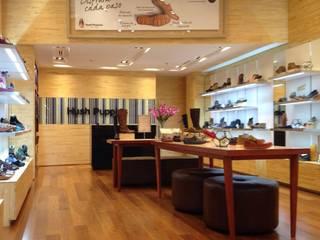 Lojas & Imóveis comerciais minimalistas por La Carpinteria - Mobiliario Comercial Minimalista