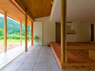 養父の家: エイチ・アンド一級建築士事務所 H& Architects & Associatesが手掛けたリビングです。