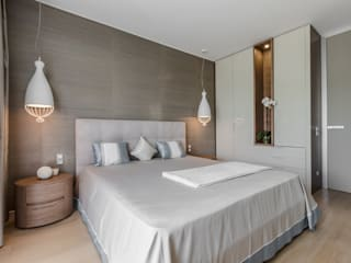 Natural tones of furniture in the interior of villa near Monte-Carlo. Camera da letto moderna di NG-STUDIO Interior Design Moderno