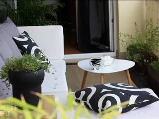 """Projekt balkonu """"Gra w czarne i białe"""" : styl , w kategorii  zaprojektowany przez Miejskie Ziele"""
