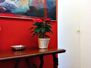 red house: Ingresso & Corridoio in stile  di Arch. Pierangela Crosti