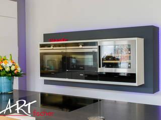 Küchenelement schwarz umrahmt mit LED-Beleuchtung: moderne Küche von ARTfischer Die Möbelmanufaktur.