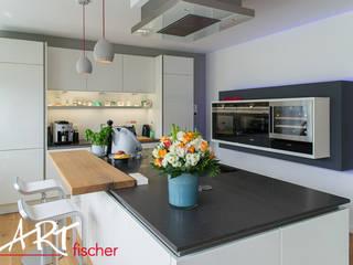 Küche abgesetzt mit schwarzer Arbeitsplatte: moderne Küche von ARTfischer Die Möbelmanufaktur.