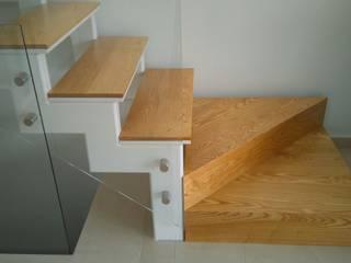Detalle escalones de madera y estructura metálica, pintada de blanco, de la escalera.: Pasillos y vestíbulos de estilo  de ALENTORN i ALENTORN ARQUITECTES, SLP