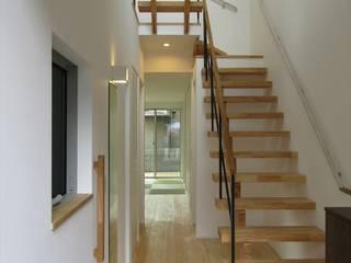 東水元の住宅: 北村大作建築設計事務所が手掛けた廊下 & 玄関です。