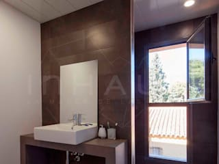 Minimalist bathroom by Casas inHAUS Minimalist