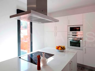 Minimalist kitchen by Casas inHAUS Minimalist