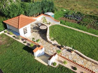 Gartenhaus im Zentrum eines mediterranen Konzeptes:  Garten von Rimini Baustoffe GmbH