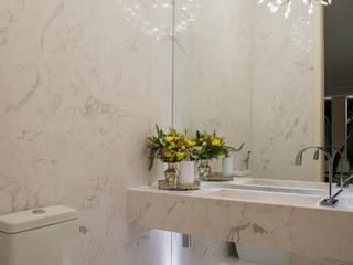 Casa Dunas: Banheiros  por Rodrigo Maia Arquitetura + Design