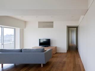 桜新町の住宅: 本城洋一建築設計事務所が手掛けたリビングです。