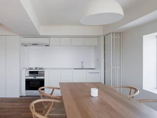 桜新町の住宅: 本城洋一建築設計事務所が手掛けたキッチンです。