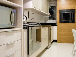 bancada cozinha e churrasqueira:   por Cintia Sauner Arquitetura e interiores