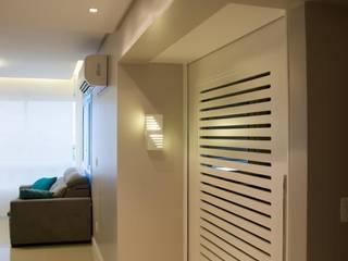 Detalhe porta do gabinete integrado a sala. :   por Cintia Sauner Arquitetura e interiores